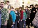 Плохие взрослые заставляют детей стоять в очереди