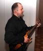 Док бесшумно играет на невидимой гитаре