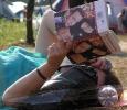 Посмотрите-ка, что она читает!!! А вокруг мужики ходят